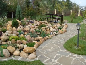 Укладка тротуара природным камнем